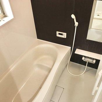 浴槽がゆとりたっぷりで、お子さんと入っても狭くはなさそう。浴室乾燥機、ついてます!