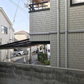 窓からはお隣さんの玄関と、歩道がちらっと見えます。