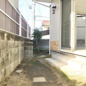 さて、専用庭です!まず玄関側のところ。玄関から直接入ることもできます。