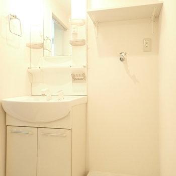 洗面台と洗濯機はぴったりとなりに。