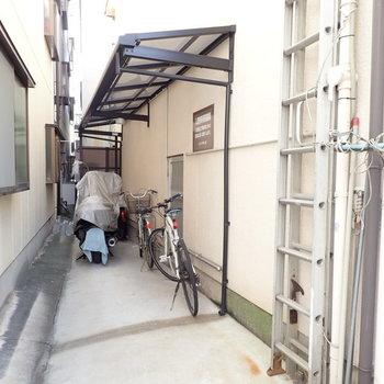 駐輪場は建物の脇にありました。