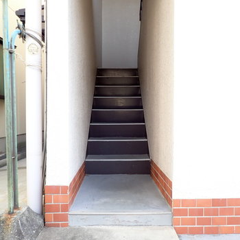 階段からのぼってすぐです。