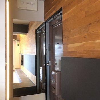 玄関に大きな鏡と間接照明がついていますよ。