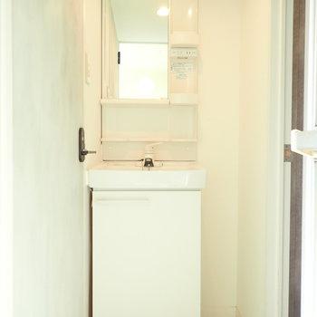 洗面台はスリム!横に収納を置きましょう!※写真はクリーニング前です。
