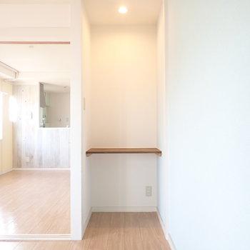 洋室のオープン収納。突っ張り棒で目隠しするといいですね。※写真はクリーニング前です。