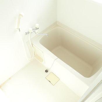 バスルームは明るい!鏡はお気に入りのものをご用意ください。※写真はクリーニング前です。
