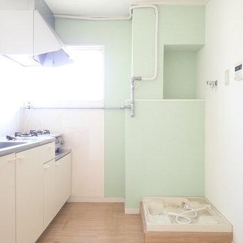 洗濯機はキッチンの裏です。冷蔵庫は、※写真はクリーニング前です。