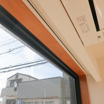 視線が気になる方のために、上部が目立たないカーテンレールが設置されています。