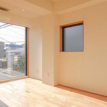 大きく窓が開けたLD部分は7.7帖。サイドにも窓がある2面採光。