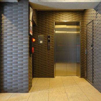 2階へはエレベーターまたはその左奥にある階段で。