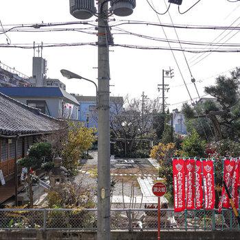 目の前の眺望はお寺さん。