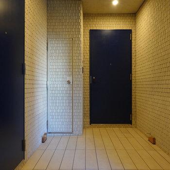 玄関前の共用部も凝ったデザインです。