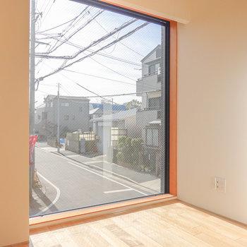 窓際にベッドを置いて、光を余すことなく楽しむ空間に。