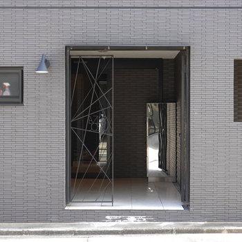 入り口では幾何学的なデザインの門がお出迎え。