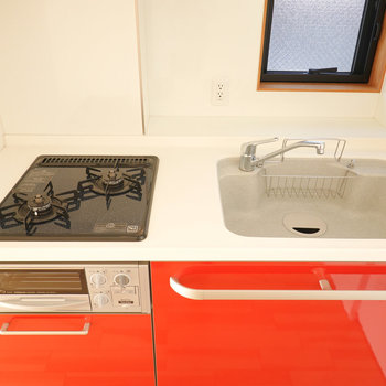 シンクは広めですが調理スペースは少ないので、シンクボードがあると便利になりますよ。