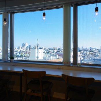大きな窓からは都会の町並みを一望できます。