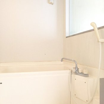 お風呂はシンプルでゆったりしています。※写真はクリーニング前のものです