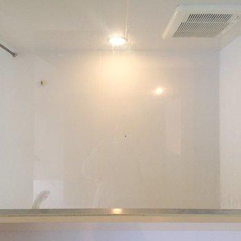 窓からはお風呂が見えます。※写真はクリーニング前のものです