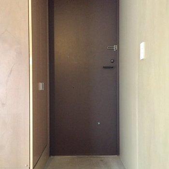 玄関は少しコンパクトです。※写真はクリーニング前のものです