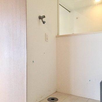 ちょっと凹んだ空間に洗濯機を置けます。※写真はクリーニング前のものです