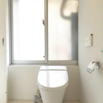 脱衣所にトイレです。※写真はクリーニング前のものです