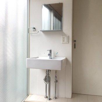 洗面台は居室にあります。※写真はクリーニング前のものです