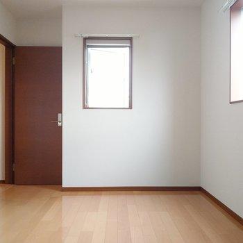 窓に囲まれていて明るい!夫婦の寝室にいいかな。