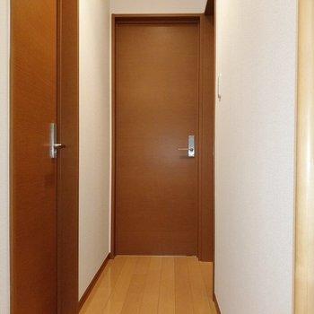 2階には3部屋の洋室。左手前から。