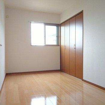 階段から右手にある5.5帖の洋室。