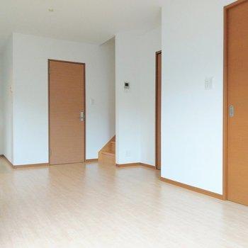 右手前の扉が玄関。階段とキッチンの間に脱衣所があります。