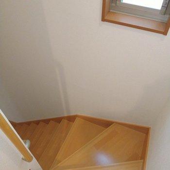 それでは1階へ。階段にも窓があって明るいです。