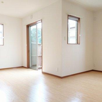 窓が多いので風通しも◎キッチン側にダイニングテーブル。