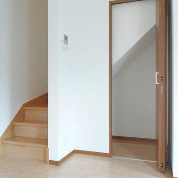 階段下にはこんな収納スペース。掃除機はここに。それでは2階へ!
