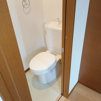 トイレは玄関前に。ウォシュレット付き!