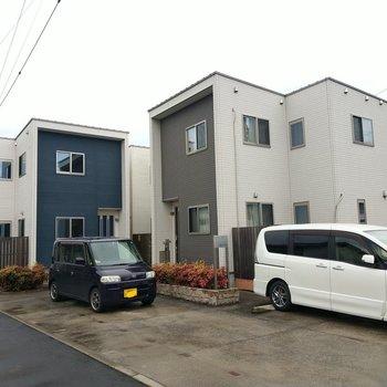 3棟が同じ敷地内に。奥の青の建物です。