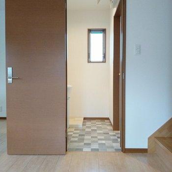 階段横に脱衣所。