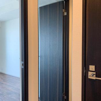 廊下には全身鏡もついてます。※写真は9階の同間取り別部屋のものです