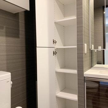 洗面台横に収納も。タオルや洗剤ストックなどしまえそう。※写真は9階の同間取り別部屋のものです