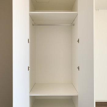 収納棚。1人分なら十分かな。※写真は9階の同間取り別部屋のものです