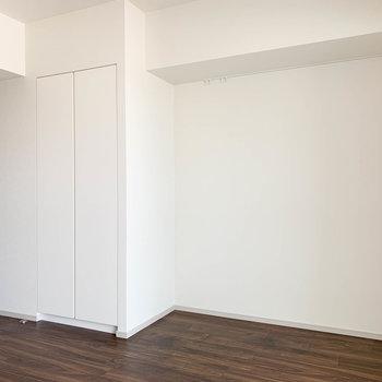 キッチン逆側はシンプルな白。このあたりにベッドかな。※写真は9階の同間取り別部屋のものです