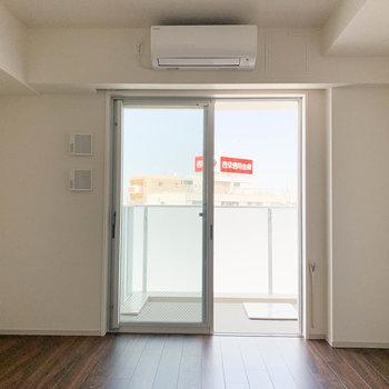 周りが抜けているので、窓を開けると風が気持ちいい。※写真は9階の同間取り別部屋のものです