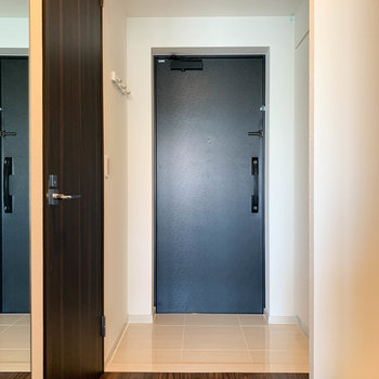玄関もウッディで落ち着く雰囲気※写真は9階の同間取り別部屋のものです