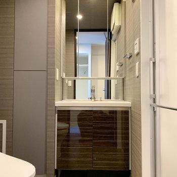 脱衣所には大きめの独立洗面台が。※写真は9階の同間取り別部屋のものです