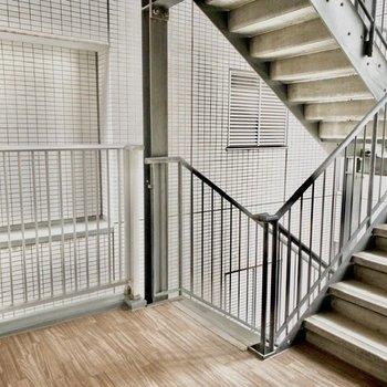 お部屋のすぐ前に階段が。