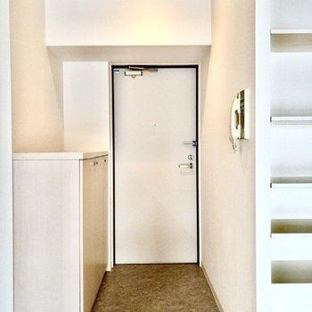 明るい玄関。帰ってきたらホッとしそうです。
