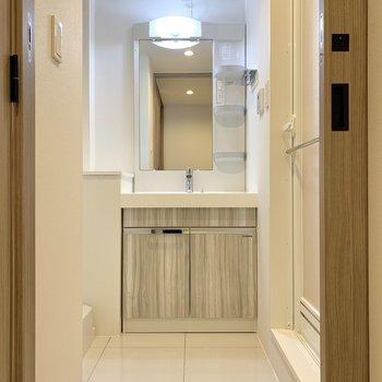 脱衣所の正面には洗面台。ゆとりを感じる広さです。