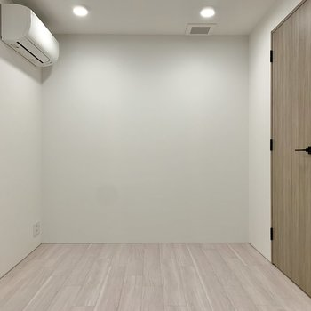 【洋室6帖】エアコンも付いているので快適に過ごせそうです。