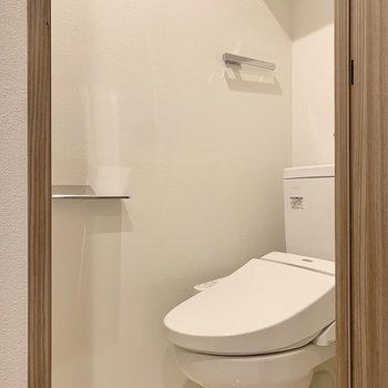 脱衣所の手前にはトイレが。スタイリッシュにキマっています。