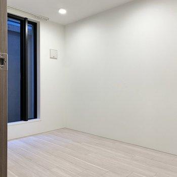 【洋室6帖】下りた先、左側にあるお部屋から。