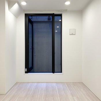 【洋室6帖】地下ですが窓があり、空気を取り込む役割を担っています。